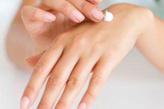 كيفية معالجة جفاف اليدين، كيف تجعلى يديك مثل يد الطفل