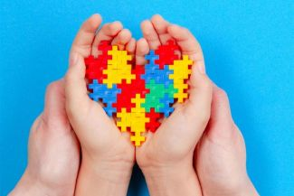 كيفية التعامل مع الطفل المتوحد في 22 نصيحة، كيف تجعل طفلك التوحدى صديقاً لك
