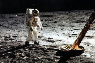 حقيقة هبوط مركبة أبوللو11 على سطح القمر