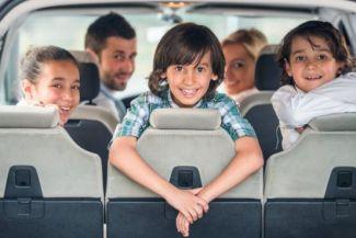 إتيكيت ركوب السيارة الأم تجلس مقعد الشرف والزوجة خلفها