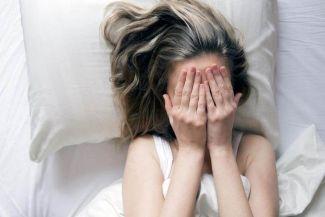 كيف يؤثر القلق والتوتر على بشرتنا؟