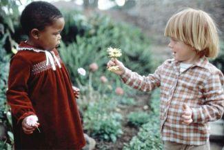 الأم والأسرة والبيئة المحيطة: مؤشرات قياس درجة التسامح لدى الطفل